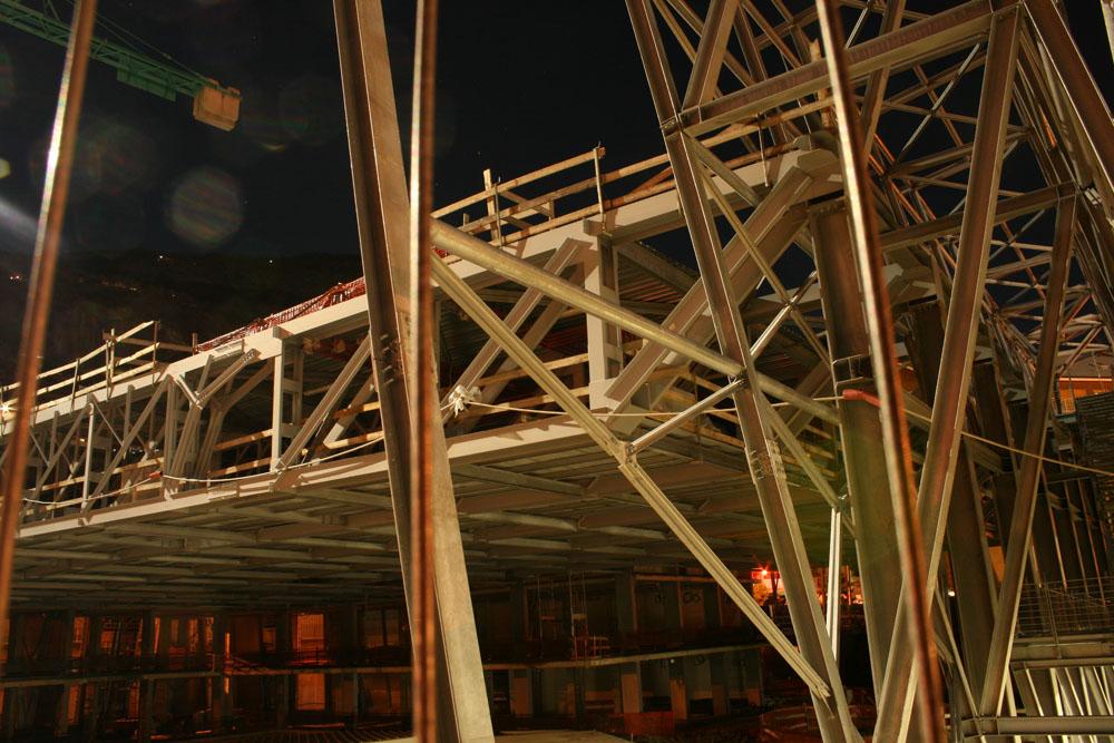 La struttura della copertura e della piazza rialzata (foto Alessandro Mano)