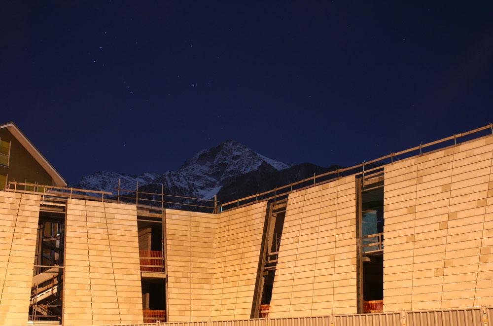 Il lato nord dell'opera, con la becca di Nona sul fondo (foto Alessandro Mano)