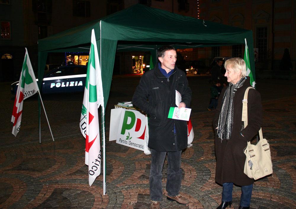 """Il gazebo del PD per l'iniziativa """"1000 piazze per l'alternativa"""" (foto AM)"""