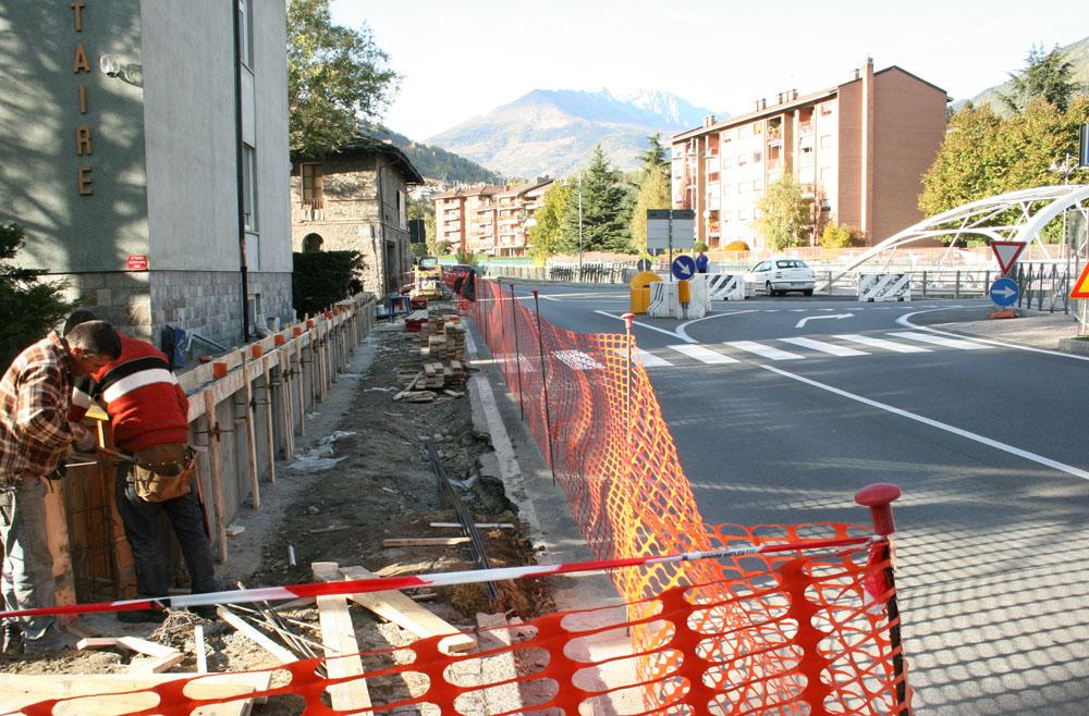 I lavori per la nuova rotonda (foto Lorenzo Piccinno)